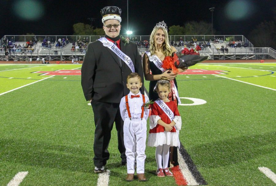 Seniors+Donnie+Phillips+and+Kadyn+King+are+crowned+2020+Homecoming+King+%26+Queen.+Pictured+with+them+are+prince+and+princess+Josh+Brown+and+Eve+Doise%2C+both+kindergarteners.+
